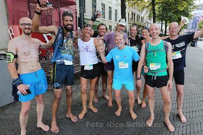 AANKOMST Marathon op blote voeten - een groepje van zo'n 20 man loopt een marathon door Den Haag op blote voeten. Het groepje blijft bij elkaar. Het gaat dus niet om het winnen - DEN HAAG 26  AUGUSTUS 2016 - FOTO NICO SCHOUTEN