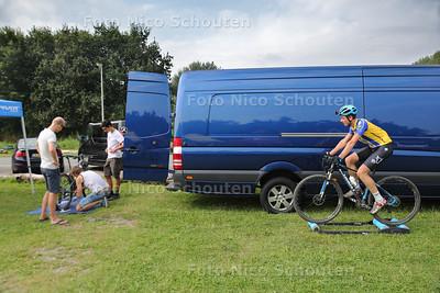 Nederlands kampioene mountainbike - Casper Hordijk (17) uit Rotterdam is aan het uitrijden - ZOETERMEER 28 AUGUSTUS 2016 - FOTO NICO SCHOUTEN