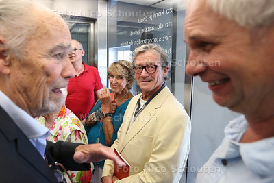 In de Schouwburg worden 13 gedichten gepresenteerd van bekende Haagse schrijvers en die daar een vaste plek krijgen op muren en de glazen liftwand - het gedicht van Bart Chabot (niet aanwezig) staat in spiegelbeeld op het glas - DEN HAAG
