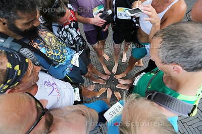 AANKOMST Marathon op blote voeten - Na afloop maken ze een foto van de deelnemende voeten - een groepje van zo'n 20 man loopt een marathon door Den Haag op blote voeten. Het groepje blijft bij elkaar. Het gaat dus niet om het winnen - DEN HAAG 26  AUGUSTUS 2016 - FOTO NICO SCHOUTEN