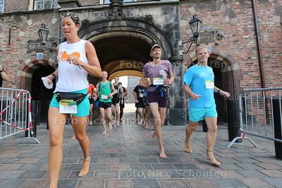 Marathon op blote voeten - een groepje van zo'n 20 man loopt een marathon door Den Haag op blote voeten. Het groepje blijft bij elkaar. Het gaat dus niet om het winnen - DEN HAAG 26  AUGUSTUS 2016 - FOTO NICO SCHOUTEN