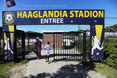 Haaglandia vraagt faillissement aan - Een voetballertje komt met zijn moeder naar de training die er niet zal zijn - RIJSWIJK 24 AUGUSTUS 2016 - FOTO NICO SCHOUTEN