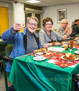 Kerstdiner Vrijmoedhof - Anneke Janssen (64)(l) en Hanneke Ardon (55) - DELFT 18 DECEMBER 2016 - FOTO NICO SCHOUTEN