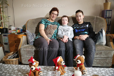 Jonge mantelzorger Marcel Daniels (12)(r) met zijn moeder en zijn zusje die meervoudig gehandicapt is - ZOETERMEER 23 DECEMBER 2016 - FOTO NICO SCHOUTEN