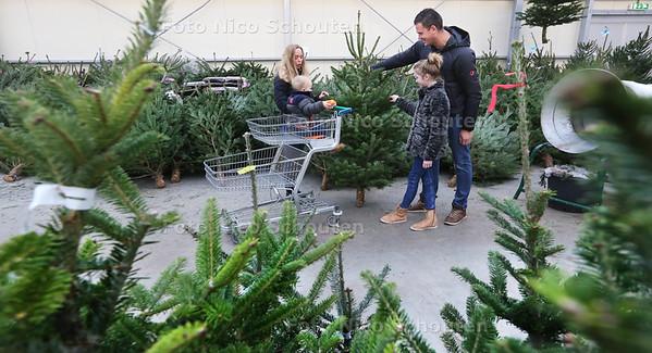 Familie Remmink heeft een Nordmann Kerstboom uitgezocht bij Tuincentrum Boers - MAASDIJK 17 DECEMBER 2016 - FOTO NICO SCHOUTEN