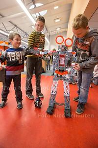 CoderDojo is een workshop waarbij kinderen leren een robot te  programmeren - vlnr Guus (7), Laurens (11) en Antony(10)  - WATERINGEN 20 FEBRUARI 2016 - FOTO NICO SCHOUTEN
