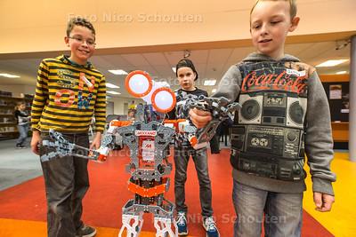 CoderDojo is een workshop waarbij kinderen leren een robot te  programmeren - vlnr Laurens (11), Cas (9) en Antony(10)  - WATERINGEN 20 FEBRUARI 2016 - FOTO NICO SCHOUTEN