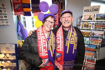 Kees en Ellen van Zelst zijn veertig jaar geleden verhuisd naar Amerika, maar komen speicaal voor de halve bekerfinale (FC Utrecht-VVSB) terug naar Nederland om hun oude club uit Noordwijkerhout bij te staan deze weeK - NORRDWIJKERHOUT 29 FEBRUARI 2016 - FOTO NICO SCHOUTEN