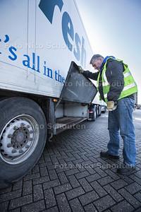 Vrachtwagenchauffeur die auto checkt voor verhaal over mensensmokkel/vluchtelingen die via Hoek van Holland de oversteek proberen te maken - HOEK VAN HOLLAND 19 FEBRUARI 2016 - FOTO NICO SCHOUTEN