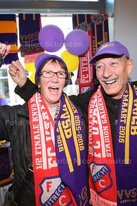 Kees en Ellen van Zelst zijn veertig jaar geleden verhuisd naar Amerika, maar komen speicaal voor de halve bekerfinale (FC Utrecht-VVSB) terug naar Nederland om hun oude club uit Noordwijkerhout bij te staan deze week - Kees en Ellen tussen de Supporters en vrijwilligers van de VVV - NORRDWIJKERHOUT 29 FEBRUARI 2016 - FOTO NICO SCHOUTEN