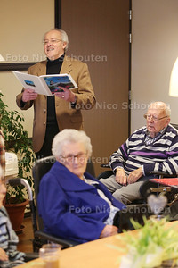 Jan Kemeling, werkzaam als vrijwilliger bij de Kreek geeft zangbegeleiding aan ouderen/dementerenden - 'S-GRAVENZANDE 27 JANUARI 2016 - FOTO NICO SCHOUTEN