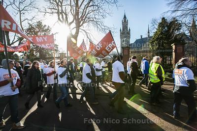 Demonstratie Personeel van Europees Octrooibureau - De Franse Ambassadeur steekt de demonstranten een hart onder de riem - DEN HAAG 28 JANUARI 2016 - FOTO NICO SCHOUTEN