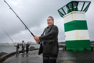 Zomerstop - visser Nico op het zuidelijk havenhoofd - DEN HAAG 28 JULI 2016 - FOTO NICO SCHOUTEN