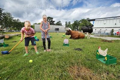Boeren Golf bij Stadsboerderij De Balijhoeve - Sem (8) en Joanne (11) - ZOETERMEER 30 JULI 2016 - FOTO NICO SCHOUTEN