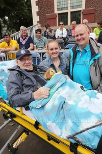 Veteraan Jaap Baan van ziekenhuis naar ere tribune gereden voor veteranendag - met kleindochter Chloë Baan en zoon Jacques Baan - DEN HAAG 25 JUNI 2016 - FOTO NICO SCHOUTEN