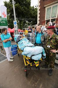 Veteraan Jaap Baan van ziekenhuis naar ere tribune gereden voor veteranendag - DEN HAAG 25 JUNI 2016 - FOTO NICO SCHOUTEN
