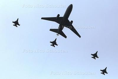 veteranendag - Een tankvligtuig en 4 straaljagers - DEN HAAG 25 JUNI 2016 - FOTO NICO SCHOUTEN
