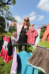 Natascha Kerstens en dochter Aurora bij haar waslijn met kleertjes in het kader van de actie Krijg de Kleertjes - ZOETERMEER 22 JUNI 2016 - FOTO NICO SCHOUTEN