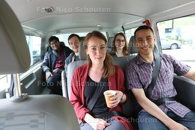 De speciale shuttlebus die studenten vanaf het afgelegen Dutch Innovation Factory naar de Zoetermeerse stations brengt is een succes. Vijfhonderd studenten per week maken er gebruik van - ZOETERMEER 28 JUNI 2016 - FOTO NICO SCHOUTEN