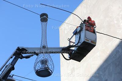 In de Grote Marktstraat zijn ze lampen aan het ophangen - DEN HAAG 16 MAART 2016 - FOTO NICO SCHOUTEN