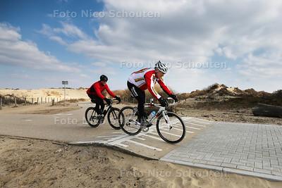 Fietsers over fietsdrempel Pieter Pauluspad - DEN HAAG 16 MAART 2016 - FOTO NICO SCHOUTEN