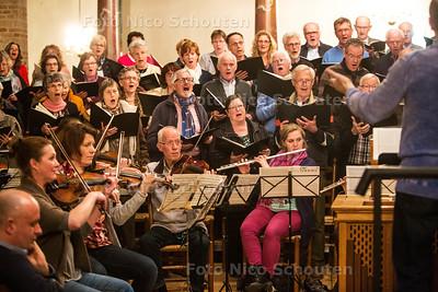 Het Bachkoor Westland repeteert in de  Oude Kerk voor de Lukas Passion - Er waren vier kinderen - NAALDWIJK 22 MAART 2016 - FOTO NICO SCHOUTEN
