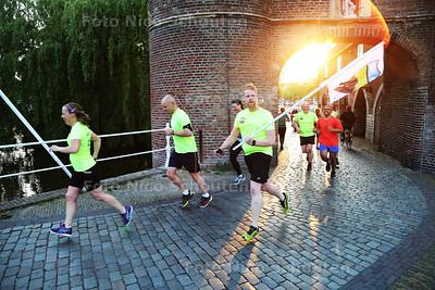 nieuw hardloopinitiatief in Delft: Social Mile 015. Iedereen die hardloopt, kan zich aansluiten bij de groep die elke donderdagavond samen door Delft loopt - DELFT 26 MEI 2016 - FOTO NICO SCHOUTEN