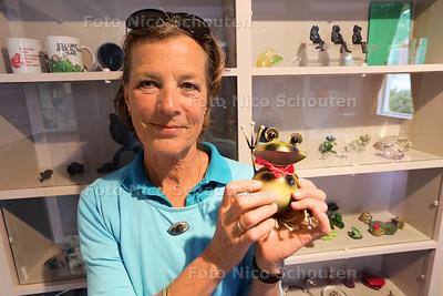 Marjolein Klopper mag haar kikkerverzameling tentoonstellen in het Stadsmuseum in Zoetermeer, in het zogeheten verzamelkabinet - ZOETERMEER 19 MEI 2016 - FOTO NICO SCHOUTEN