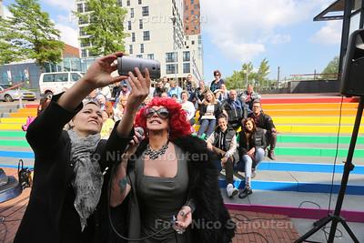 Onthulling regenboogtrap (regenboogpad) gepresenteerd door DeeDee Janssens - Jamila Bakker van D66 maakt een selfie met DeeDee - ZOETERMEER 17 MEI 2016 - FOTO NICO SCHOUTEN