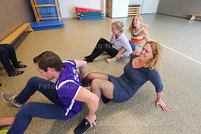 Gaby d'Haans (r) van Move Education tijdens de eerste opleidingsdag. Zij leren ter plaatse de methode van gymmend rekenen - ZOETERMEER 29 MEI 2016 - FOTO NICO SCHOUTEN