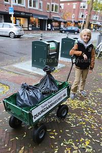 De 11-jarige Tycho Post heeft zijn eigen sociale onderneming als vuilnisophaler. Van MAEX Den Haag heeft hij onlangs een kar gekregen om afval in de buurt op te halen - DEN HAAG 17 NOVEMBER 2016 -    FOTO NICO SCHOUTEN