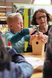 Bij Intratuin Zoetermeer maken en versieren kinderen vogelhuisjes - Noah (5) uit Scheveningen - ZOETERMEER 16 NOVEMBER 2-16 - FOTO NICO SCHOUTEN