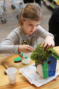 Bij Intratuin Zoetermeer maken en versieren kinderen vogelhuisjes - Kyra (7) uit Zoetermeer - ZOETERMEER 16 NOVEMBER 2-16 - FOTO NICO SCHOUTEN