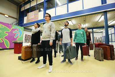 Warm Water Jeugdtheater maakt een voorstelling over een maatschappelijke thema: vluchtelingen. Zij repeteren - ZOETERMEER 22 NOVEMBER 2016 - FOTO NICO SCHOUTEN