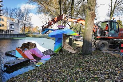 Kunstwerk Kat van Palenstein wordt uit het water gehaald - ZOETERMEER 19 NOVEMBER 2016 - FOTO NICO SCHOUTEN