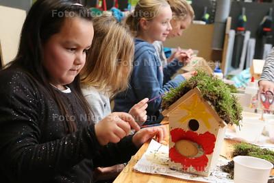 Bij Intratuin Zoetermeer maken en versieren kinderen vogelhuisjes - Amalia (7) uit Zoetermeer- ZOETERMEER 16 NOVEMBER 2-16 - FOTO NICO SCHOUTEN