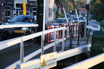 Verkeersdrukte op en bij het sluisje - LEIDSCHENDAM 31 OKTOBER 2016 - FOTO NICO SCHOUTEN
