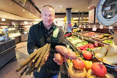 Groenteboer Kees Kleyber met schorseneren en zoete aardappels - WATEREINGEN 21 OKTOBER 2016 - FOTO NICO SCHOUTEN