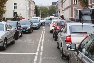 Verkeerschaos door werkzaamheden Tournooiveld garage - Doctor Kuyperstraat (Mauritskade) - DEN HAAG 25 OKTOBER 2016 - FOTO NICO SCHOUTEN