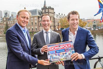 Eerste symbolische exemplaar nieuwe Haagse monopoly overhandigt aan wethouder Revis - DEN HAAG 27 OKTOBER 2016 - FOTO NICO SCHOUTEN