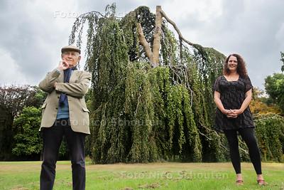 Joost S.H. Gieskes en anita voortman - bij de treurbeuk in Park oosterbeek - WASSENAAR 26 SEPTEMBER 2016 - FOTO NICO SCHOUTEN