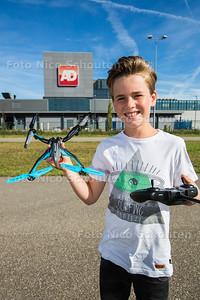 Tim (10) was zijn drone kwijtgeraakt bij de drukkerij van het AD. Heeft 'm nu weer terug - DEN HAAG 28 SEPTEMBER 2016 - FOTO NICO SCHOUTEN