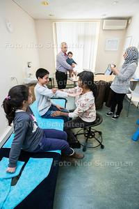 Paramedisch Centrum Corpus Medicus. Er zijn vele vluchtelingen die niet de juiste medische zorg krijgen omdat ze niet naar een dokter, fysiotherapeut of andere specialist durven te stappen. Door de oorlog in hun land hebben ze het vertrouwen in de mens verloren. Bij Corpus Medicus trekken ze extra tijd uit om het vertrouwen van de cliënt te winnen en vaak gaat de hele familie van de cliënt mee naar binnen om een gevoel van veiligheid te creëren.  - ZOETERMEER 5 APRIL 2017 - FOTO NICO SCHOUTEN