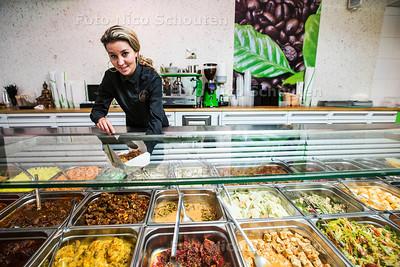 Bedrijfsleider Selma Ettahiri in het Indonesische restaurant Soeboer in het Zeeheldenkwartier - DEN HAAG 24 APRIL 2017 - FOTO NICO SCHOUTEN