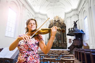 Lodewike van der Steen oefent op haar viool in de schuilkerk van de Oud-katholieke parochie vd H.H. Jacobus en Augustinus - 2 AUGUSTUS 2017 - FOTO NICO SCHOUTEN