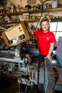 radiogek Bart Serlie bij de noodgenerator - Over het verdwijnen van zeezenders (in 1974)  AUGUSTUS  2017 - FOTO NICO SCHOUTEN