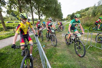 Mountainbike wedstrijd Buytenpark - Benelux Cup Zoetermeer   - Spanning bij de deelnemers van de Funklasse jeugd 13-14 jaar voorafgaand aan de wedstrijd- ZOETERMEER AUGUSTUS  2017 - FOTO NICO SCHOUTEN