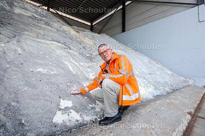 De strooizoutopslag van de gemeente heeft alvast 750 ton strooizout voor de winter ingeslagen - opzichter Peter Verweij bij de berg - ZOETERMEER 28 AUGUSTUS  2017 - FOTO NICO SCHOUTEN