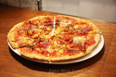 Aan Tafel - Pizza eten bij 't Punt voor mensen met een geestelijke beperking - DEN HAAG 25 FEBRUAR 2017 - FOTO NICO SCHOUTEN