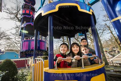 Voorjaarspret in Duinrell - Voorheen waren alle atracties, behalve het tikibad, gesloten in het voorjaar. Dit jaar zijn er een aantal geopend. Vlnr Daren (12), Michelle (11), Mikael (6) en Daniël (12) uit Amsterdam hebben het naar hun zin in het Kikkerrad -WASSENAAR 21 FEBRUAR 2017 - FOTO NICO SCHOUTEN